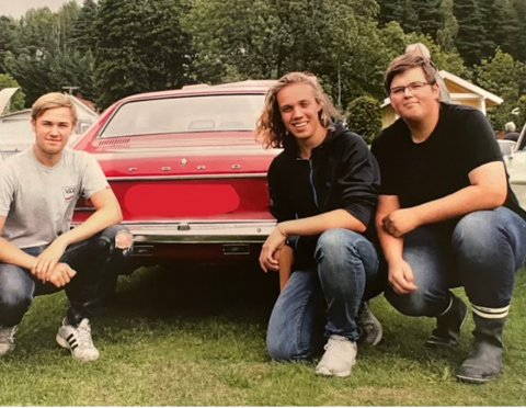 BILGLADE: Oliver (f.v.) Hallvard og Alexander er glade i gamle biler, og brukte lang helga sist uke til å dra på guttetur med sine to veteranbiler.