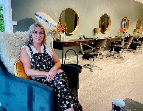 NY SALONG: Etter flere års pause fra bransjen, er Trine Jeanette Solskjær endelig på plass i sin nye frisørsalong på Teie.