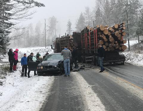 Tre personer ble sendt til sykehus etter kollisjonen ved Selåsvatn.