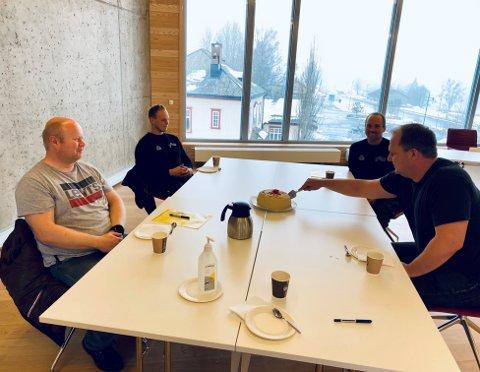 Svein Skaare i Multicom Eiendom AS og Terje Øygarden og Tommy Tande i TT Bygg Agder feirer tomtekjøp med kake sammen med ordfører Bjørn Gunnar Baas.