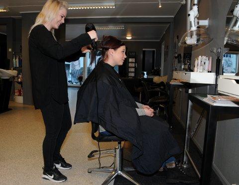 Frisering: For Lisa Opheim (25) har en drøm gått i oppfyllelse, med egen frisørsalong i Ryfoss. Her føner hun håret til venninnen Wendy Ødegård.