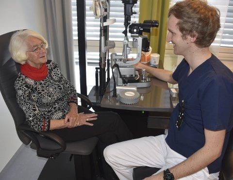 Stor glede: Ingvild Fjellstad Bø berømmer det nye legetilbudet ved VLMS. Hun hadde gleden av å være første pasient hos øyelege Kristoffer Ommundsen ved den nyetablerte øyeklinikken ved VLMS.