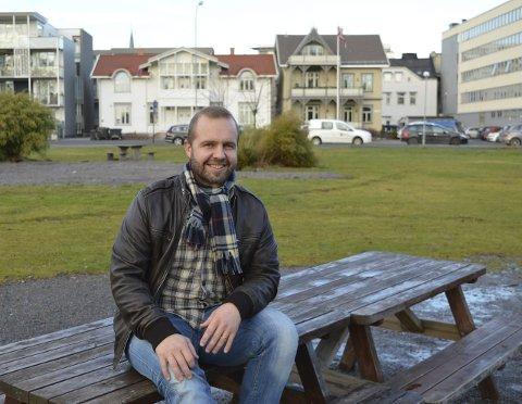 BOKSTAVER I PARKEN:  Bak Henrik Sandvik vil det til våren stå TENK STORT med fire meter høye bokstaver. I 2019 blir de tatt ned igjen.