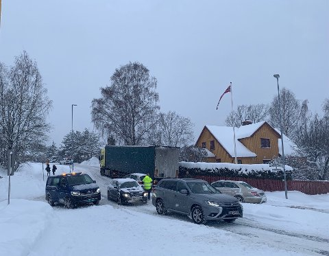 Så sent som fredag var det kaos på veien. Her i krysset ved innkjøringen til Sogsti der det oppsto køer etter at et vogntog satt seg fast. Foto: Mariann Leines Dahlie