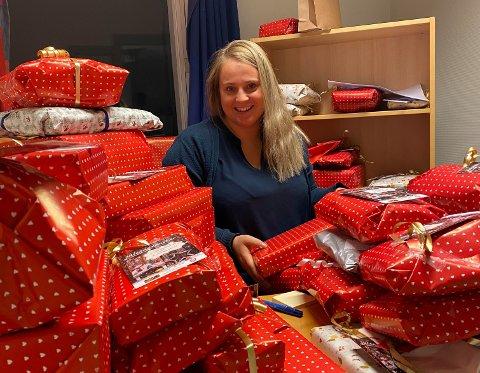 JULIENISSEN: Julie Sundsdal Nærdal i Gjerstad kommune er litt som julenissen. Hun pakker inn gaver til veldig mange barn og leverer dem på døra (med bil riktig nok, ikke reinsdyr).