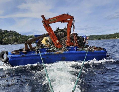 NÆRMER SEG RISØR: Aquasub AS i starten av arbeidet med oppryddingen i Tvedestrand. Oppdraget avsluttes i Risør.