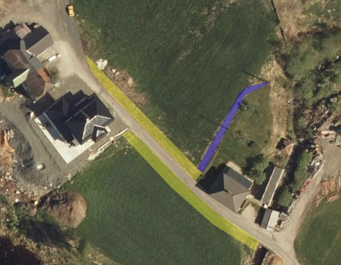 FORSTERKE VEIEN: For å forsterke veien er det behov for å grave ned om lag 55 cm. Bildet viser hvor det er aktuelt å legge fiberduk/geoduk, samt legge kabel. Tilkobling til fiber i stolpe er markert med blått.