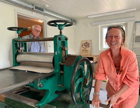 Arkitekt og styrmedlem, i SEMA Jürgen Kiehl, har planlagt og tegnet ombyggingen av Edvard Munchs Vinteratelier. Forretningsfører Sonja Wiik viser trykkpressen i det nyoppussede grafikkverkstedet.