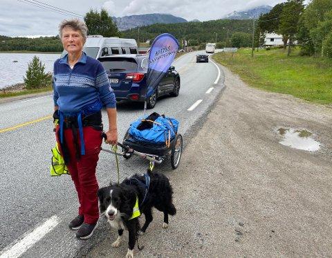 Kitty Vassdal hadde med seg hunden sin, samt vogn med ryggsekk, telt og sovepose, på turen. Underveis samlet hun inn over 100.000 kroner til organisasjonen LEVE i Nordland.