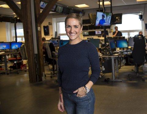 Marte Sæbø Johansen (26) er tilbake i TV 2s redaksjons-lokaler etter nesten ett år borte. Fremdeles har hun et stykke igjen for å bli helt frisk. – Men det er deilig å være ute av kreftboblen, sier hun. Foto: Eirik Hagesæter