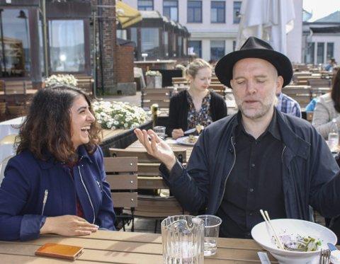 Nuray Yildirim Gullestad diskuterer sammen med forfatter og poet Henning Bergsvåg.