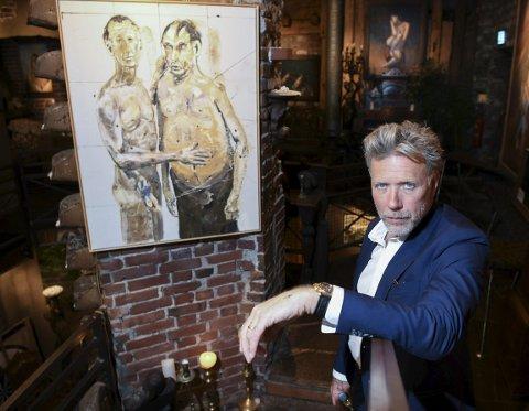 Mikael Persbrandt stiller ut maleri og litografier inne på Galleri Nygaten. Verkene hans bærer navn som «Djuren», «Gentlemens Restroom», «Bacon» og «Chanel».