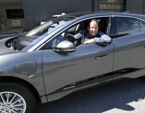 – Det er noe eget å få seg en Jaguar, smiler Trond Orrestad. Han bytter ut familiebilen, en Ford S-Max, med Jaguar I-pace.