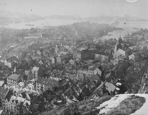 Bergen har vært gjennom mange sykdomsutbrudd tidligere i historien, men har alltid overlevd. Bildet er sannsynligvis fra en gang på 1920-tallet, ikke lenge etter Spanskesyken herjet i Bergen, Norge og verden.