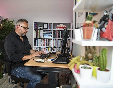 Inne på kontoret på USF Verftet bruker Bjørn Sortland tiden på å skrive og                   lese. Nylig kom han ut med første bok i en flett ny serie.