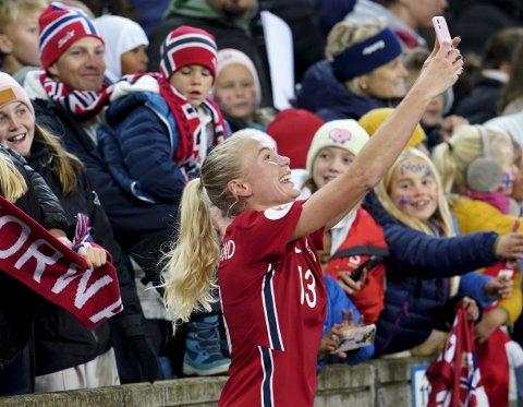 Guro Bergsvand står med to mål på sine fire kamper for Norge. Her tar hun en selfie sammen med unge fans på Ullevaal tirsdag kveld. Foto: Terje Bendiksby, NTB