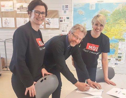 SIGNERTE: Gunn Anita Gjøvik (t.v.) og Monica Gravdal fra MOT var med da rektor Odd Henning Bentsen fra Krøderen skole signerte avtalen.