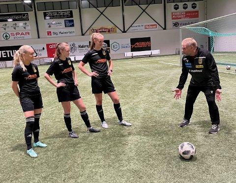 BEREBJELKAR: Sekine Netland (f.v.), Adeleine Arnestad og Silje Figved er med og drar lasset på kvinnene sitt seniorlag i EIK. Sveinung Klippen er mangeårig trenar.