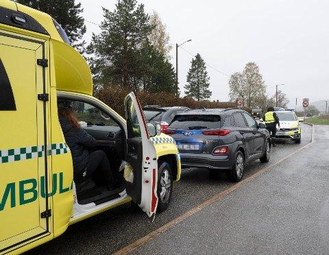 TIL SYKEHUS: En  ung kvinne havnet på sykehuset med smerter i et ben etter at hun sammen med kjæresten kjørte ut i et fotgjengerfelt med elsparkesykkel og ble truffet av en bil.