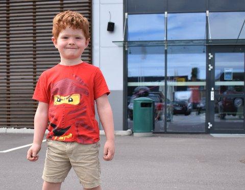 FØRSTEMANN: Edvard (4) var den første til å dukke opp da trampolineparken åpnet torsdag.