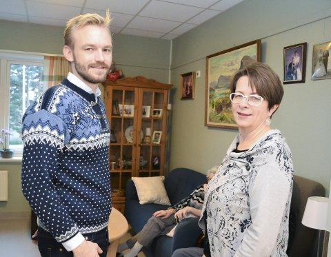 SOM HJEMME: Adrian W. Kjølø Tollefsen er leder for helse og omsorg i Øvre Eiker og ordførerkandidat for Høyre. Her sammen med leder for avdelingen, Ingjerd Petersen.
