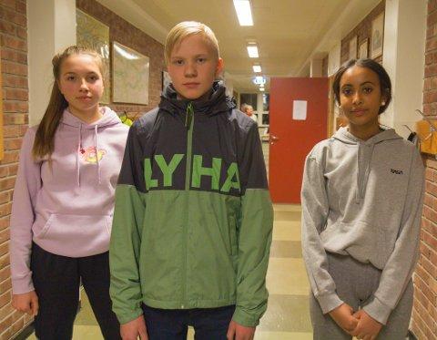 VIL IKKJE FLYTTE: Anna Elisa Oppedal Iversen (15), Isak Andrè Flathammer (13) og Sabrina Fesehaghergis (15) er lite gira på å måtte pendle til Sande. – Ein mykje lengre dag og rasfare, seier dei.