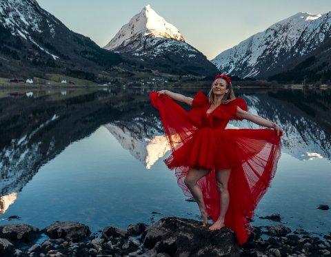HYLLEST: Ingeborg Sol Fure og Jostein Vedvik har laga film for å vise fram kor vakkert Nordfjord er. No er filmen med i Renault sin reklamekampanje.