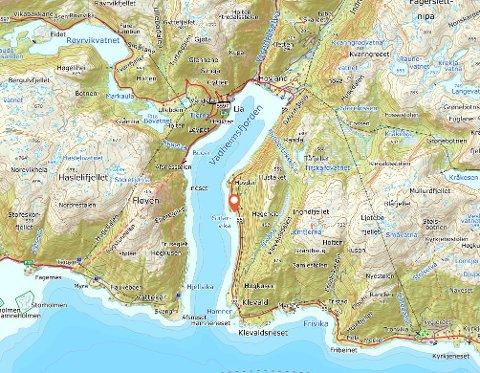 VEGEN STENGT: Ulykka har skjedd like etter Vadheimstunnelen, om ein køyrer i retning Kyrkjebø.