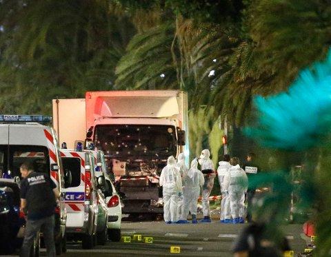 Krimteknikere arbeider foran lastebilen som kjørte inn i en folkemengde i Nice.