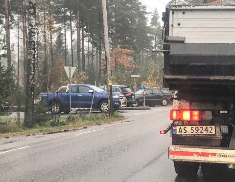 Lett kø: Plutselig var det fire-fem biler som skulle inn til og ut fra Kvernhuset ungdomsskole. Med økt trafikk på Veumveien er det blitt mer kø.