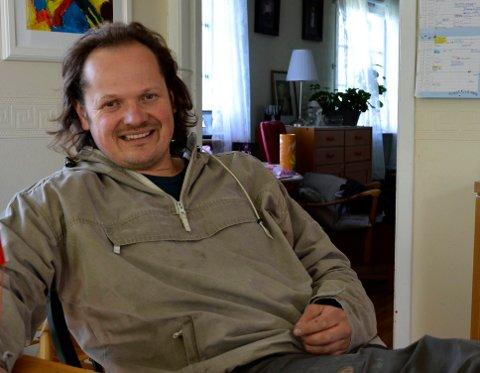 KINKIG: Hans Olav Moskvil synes uvissheten er vanskelig. – Vi er helt avhengig av utenlandsk arbeidskraft. Plukkingen foregår i ti uker sammenhengende, også på lørdager.