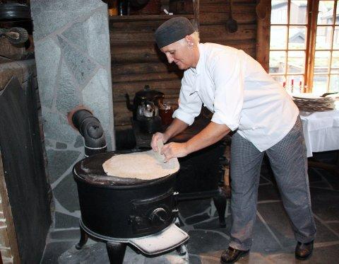 – Må passe nøye på så ikke flatbrødet blir for mye steikt, forteller Sissel Østebø.