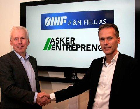 PÅ SAMME LAG: Administrerende direktør Kjell Bjarte Kvinge (til høyre) ønsker daglig leder Arild Finstad i Asker Entreprenør velkommen som et nytt medlem i Ø.M. Fjeld-familien.