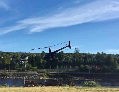 I LUFTA: Dette er det siste vi ser av Eldar Vågan i Kongsvinger på en stund. Her drar helikopteren han sitter i fra Mølleparken. En halv time tidligere hadde Vazelina Bilopphøggers avsluttet sitt forrykende show på Kongsfesten.