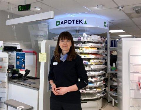 GÅR PÅ APOTEKET: – Det store flertallet av kundene våre går på apoteket, de kommer hit fysisk og handler, sier apoteker Eli Holm Toverud ved Apotek 1 Kongsvinger.