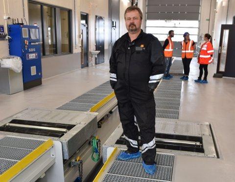 Utekontrollsjef Geir Thomas Finstad i Statens vegvesen inne i tungbilhallen på nye Ånestad kontrollstasjon.