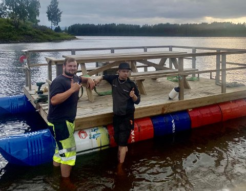 FLÅTE: I snart fem år har Magnus Mellem og Eskil Nerby delt en flåte som er plassert på Glomma om sommeren.