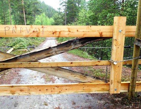 LÅS OPP: Grunneierne som stengte grindene blir bedt om å fjerne hengelåsene på den populære kulturstien langs Lora.
