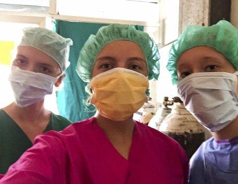 KLARE: Kamilla i midten sammen med to andre frivillige, klare for å observere operasjon.