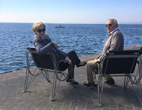 Bor i Italia: Frøydis Skari Marangoni ser følgene av koronaviruset på nært hold. Nå oppfordrer hun folk til å ta situasjonen alvorlig, og passe godt på seg sjøl og andre. Her sitter hun sammen med mannen Enrico.