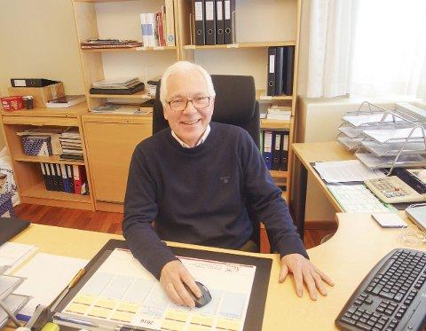 """HALDENS """"ONKEL SKRUE"""": Kjell Hagen synes han har en meningsfull jobb og er imponert over alt frivillighetsarbeid som legges ned i byen. – Da er det fint å kunne være med å få på plass den avgjørende økonomiske biten, sier han. Foto: Tille Andreassen"""