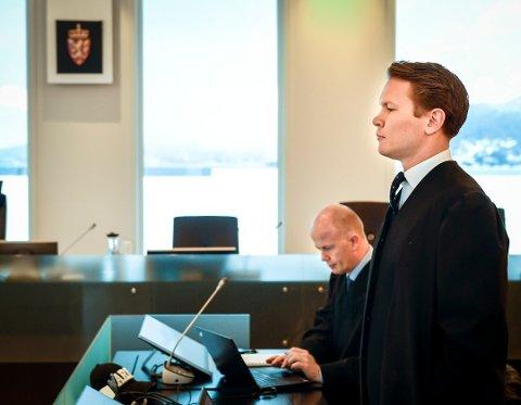 Advokatene Svein Holden (t.v.) og Trond Bruberg forsvarer faren. Foto: Øyvind Bratt