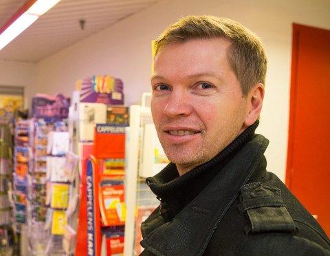 Bjarne Sætrum mener folk må tenke seg om ved netthandel. - Ønsker vi å ha butikker og arbeidsplasser der folk bor eller ikke? spør han.