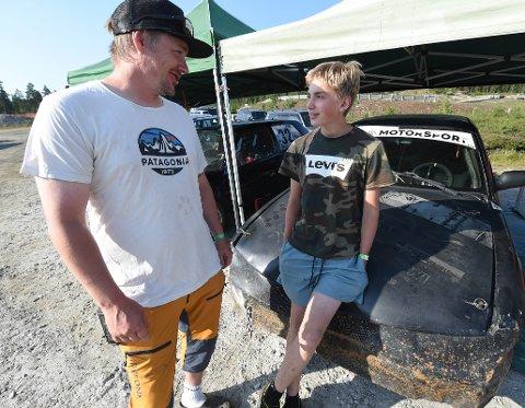 DEBUTANT: Endelig fikk 14 år gamle Eero Sommer prøve seg på bilcrossbanen. Her sammen med pappa og mentor Morten. FOTO: OLE JOHN HOSTVEDT