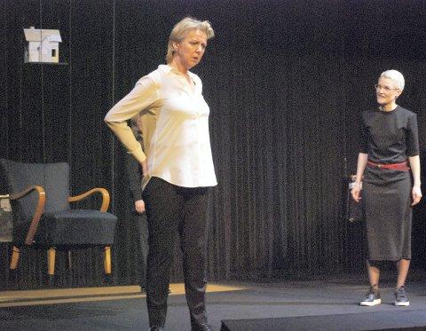 Lokalt trekkplaster: Med to lokale skuespillere på scenen, Marit Adeleide Andreassen og Lena Jacobsen Kvitvik på scenen, ble nok mange fristet til å overvære premieren torsdag kveld. Foto: Silje Annaniassen
