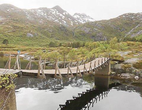 BLIR HENGENDE: Sommeren 2018 skrev Lofotposten at hengebrua over Svolværvannet muligens må ned når en trafo i Sætra skal skiftes. Dette blir det ikke noe av.