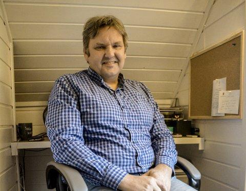 Stortingskandidat:Jonny Finstad skriver innlegg og jobber profesjonellt, politisk og privat fra sitt arbeidsrom oppe på garasjen på Leknes, rett ved siden av Nordlands kanskje mest kjente gjesteseng.Foto: Karin P. Skarby