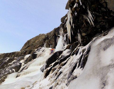 VINTER: – Området fra Leknes og vestover har et stort potensial for klatring. Spesielt om vinteren, synes Signar Nilsen og Emma Wichardt.