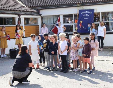 BURSDAGSFEIRING: Hele skolen var samlet til bursdagsfeiringen i skolegården. Her synger førsteklasse ABC-sangen. Sveip til høyre for å se flere bilder.