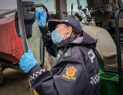 Åstedsundersøkelse: Etter tyveri av GPS-utstyr fra traktor og gravemaskin i Namdalen siste døgn, sikret politiet spor torsdag.
